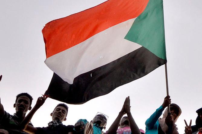 Демонстранты во время акции протеста в Хартуме с требованием к президенту Омару аль-Баширу уйти в отставку, 10 апреля 2019 года