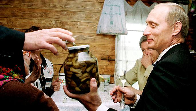 Президент России Владимир Путин во время визита в деревню Кузькино Самарской области, 2000 год