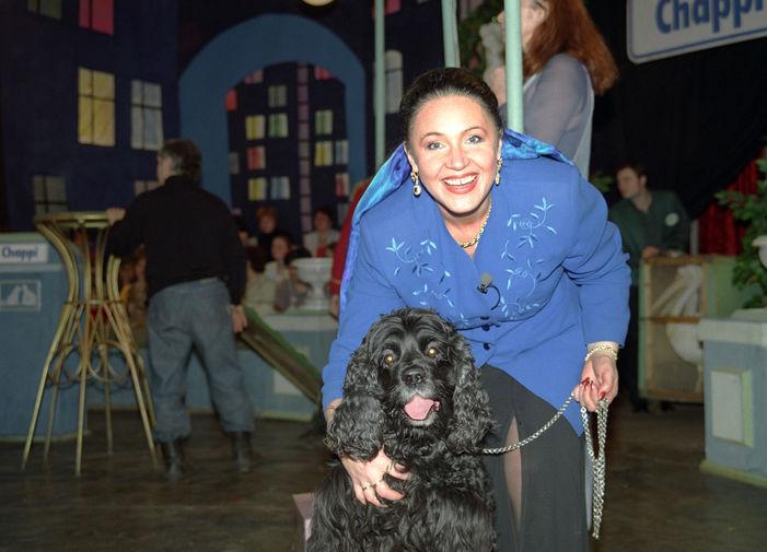 Надежда Бабкина со своей собакой на съемках телепередачи «Дог-шоу. Я и моя собака», 1997 год