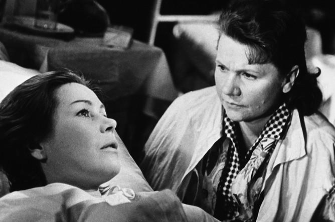 Кадр из фильма «Женщины», 1966 год В ролях Инна Макарова (слева) и Нина Афанасьевна Сазонова