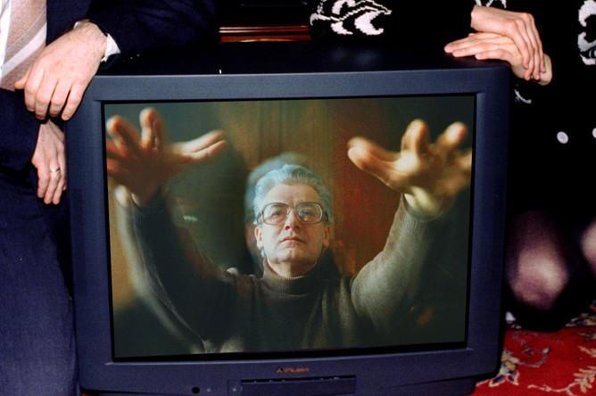 Аллан Чумак во время сеанса гипноза на экране телевизора, 1989 год, коллаж «Газеты.Ru»