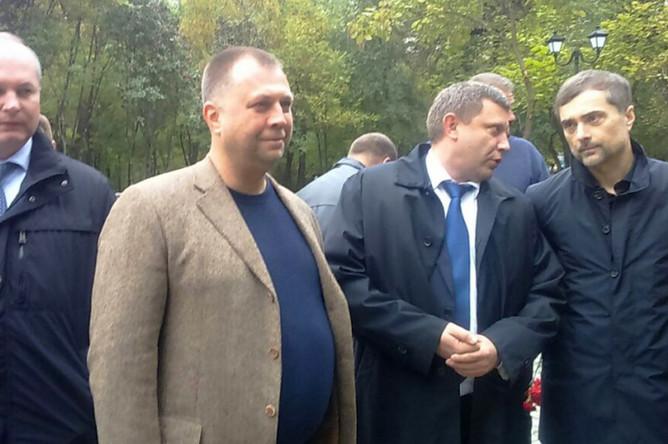 Глава ДНР Александр Захарченко и помощник президента России Владислав Сурков (крайние справа)