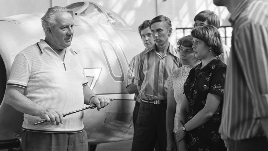 Заслуженный летчик-испытатель СССР, Герой Советского Союза, полковник Юрий Александрович Антипов рассказывает посетителям Музея авиационной техники ВВС при военно-воздушной академии имени Гагарина о первом советском реактивном истребителе МиГ-9, 1977 год