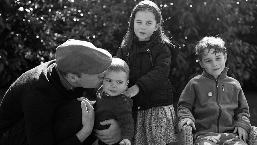 Все эти годы Кейт Миддлтон, которая увлекается фотографией, время от времени давала публике возможность увидеть неофициальные моменты из жизни своей семьи. Один из таких снимков, сделанный в Анмер-Холле в Норфолке, Кенсингтонский дворец – официальная резиденция герцогов – опубликовал на Рождество в 2019 году