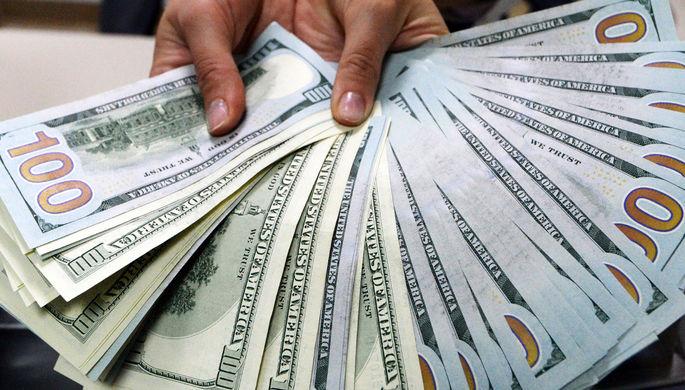 На руках, но не в резервах: что будет с долларом в России