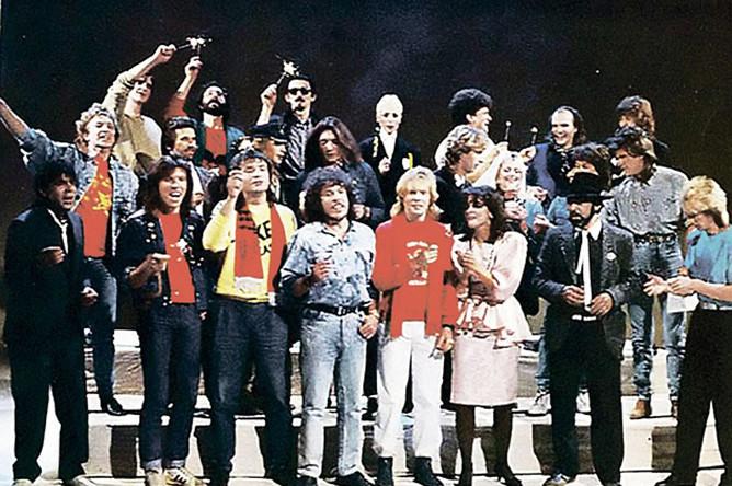 В клипе «Замыкая круг» 1987 года Андрей (крайний слева в первом ряду) спел в компании звезд советского рока