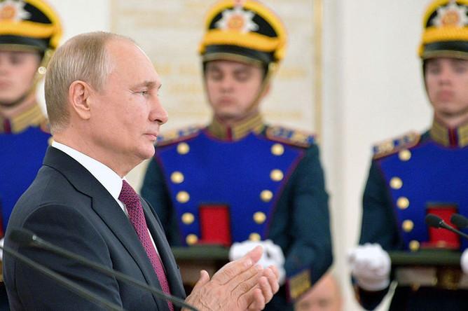 Президент России В.Путин во время церемонии вручения государственных наград РФ в Кремле в День России