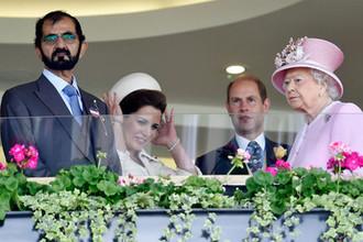 Шейх Мохаммед ибн Рашид Аль Мактум, принцесса Иордании Хайя бинт аль-Хусейн, принц Эдвард и королева Великобритании Елизавета II на скачках в Аскоте, 2016 год