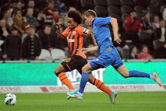 Виллиан (слева) был признан лучшим футболистом матча