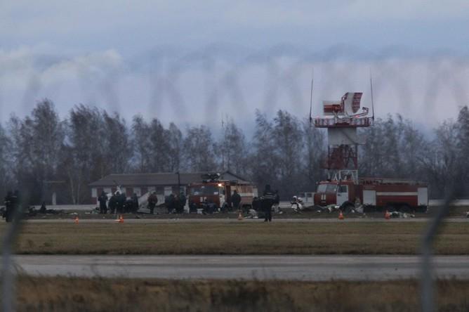 Пожарные машины на месте крушения пассажирского самолета Boeing 737 в аэропорту Казани