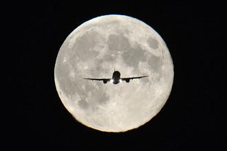 Самолет заходит на посадку в аэропорту Хитроу в Лондоне