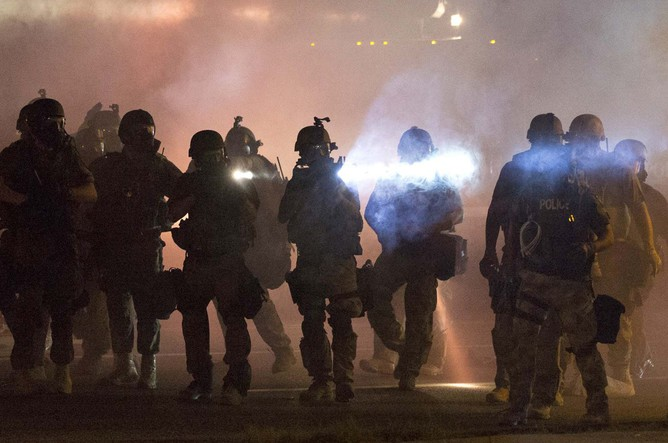 Полицейские разгоняют митинг