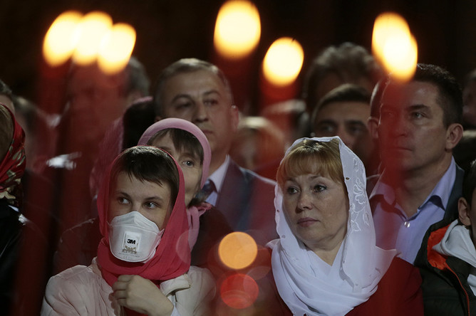 Верующие на праздничном пасхальном богослужении в храме Христа Спасителя