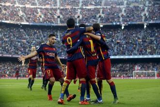 Футболисты «Барселоны» празднуют второй гол Неймара