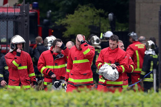 Пожарные около собора Нотр-Дам-де-Пари в Париже наутро после пожара, 16 апреля 2019 года