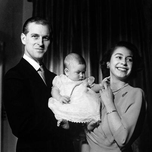 Принц Филипп и Елизавета II поженились в 1947 году — через восемь лет после того, как 13-летняя принцесса Елизавета вместе с сестрой Маргарет и родителями приехала с визитом Королевский военно-морской колледж в Дартмуте, и учившегося там принца Греческого и Датского Филиппа попросили провести им экскурсию