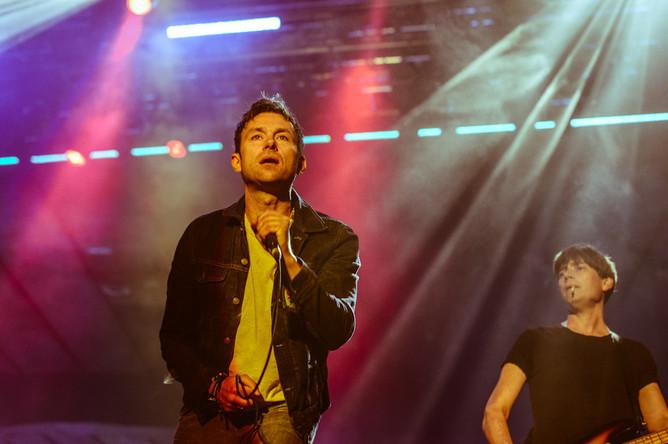 Выйдя на сцену перед пятидесятитысячной толпой, Blur начали сразу с хита «Boys & Girls».
