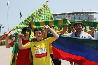 Болельщики «Анжи» перед входом на стадион «Ахмат-Арена».