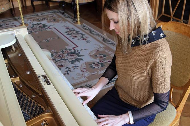 22 октября 2014 года прокурор Крыма Наталья Поклонская сыграла на рояле во время посещения Ливадийского дворца в Ялте, исполнив несколько классических композиций. На этом инструменте из дворца могли музицировать императрица Александра Федоровна и дочери Николая II
