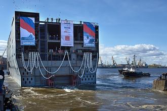 Спуск на воду кормовой части десантно-вертолетного корабля-дока (ДВКД) класса «Мистраль»