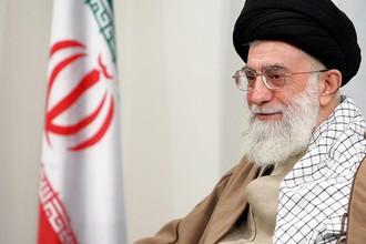 Али Хамении, Иран, 25 лет. В исламской республике есть и парламент, и президент, но высшей властью обладает верховный правитель — рахбар. Это лицо духовное. Али Хосейни Хаменеи — второй человек на этом посту, на котором он сменил после кончины основателя республики аятоллу Хомейни. До этого он несколько лет был президентом республики и считается человеком консервативных взглядов, однако не так давно он одобрил диалог Ирана и США по вопросу ядерной программы и выступает за исследование стволовых клеток.