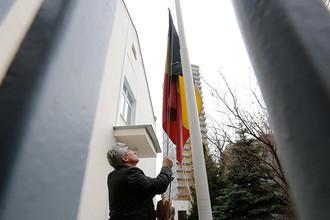 У здания посольства Бельгии в Москве приспустили флаг