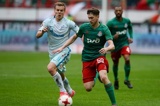 Игрок «Зенита» Александр Кокорин (слева) и игрок «Локомотива» Алексей Миранчук