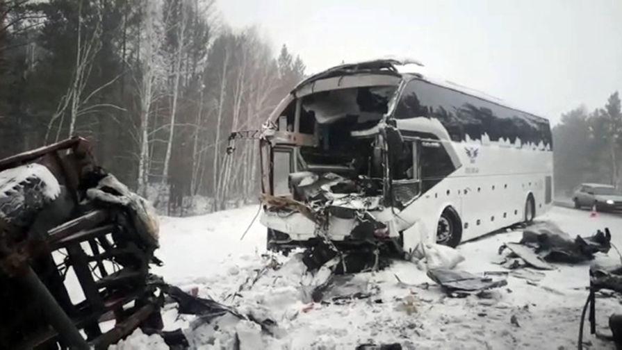 Последствия аварии с участием грузовика, лесовоза и рейсового автобуса на трассе «Вилюй» в Иркутской области, в результате которой погибли пассажиры, 17 февраля 2021 года
