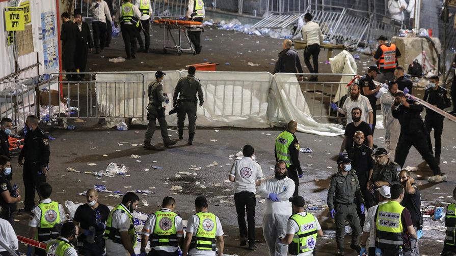 Спасатели и медики работают на месте обрушения трибун, где отмечался еврейский религиозный праздник Лаг ба-Омер на горе Мерон, 30 апреля 2021 года
