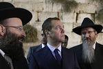 Дмитрий Медведев и главный раввин России Берл Лазар рядом со Стеной Плача вИерусалиме