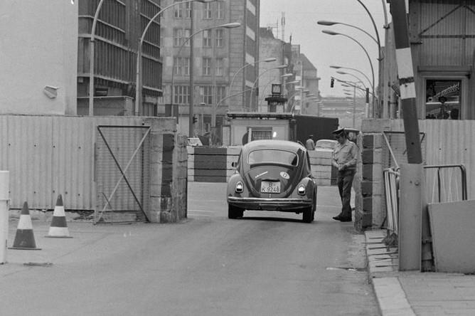 Автомобиль проезжает через Чекпойнт Чарли (КПП «Чарли») в Западный Берлин, август 1961 года