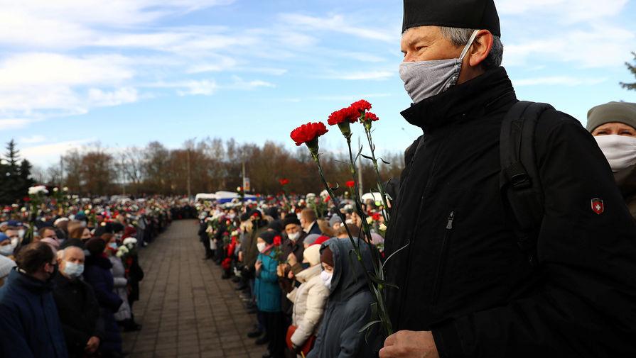 Во время церемонии прощания с погибшим в Минске Романом Бондаренко, 20 ноября 2020 года
