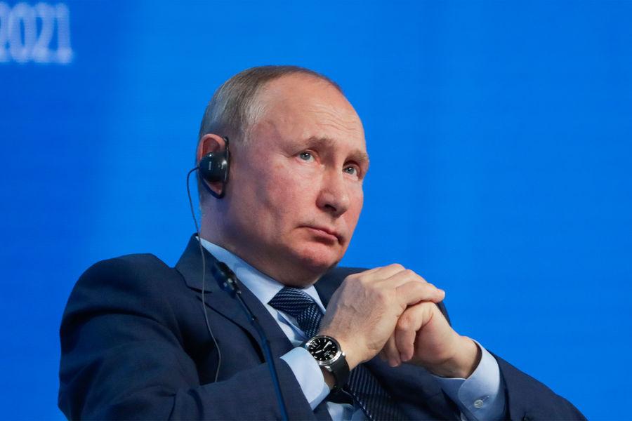 Президент России Владимир Путин напленарном заседании международного форума «Российская энергетическая неделя», 2021год