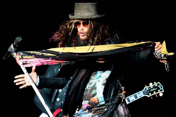 Вокалист Aerosmith Стивен Тайлер на концерте в Москве