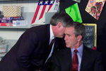 Глава президентской администрации Буша Энди Кард сообщает Джорджу Бушу отеррористической атаке. Вэто время Буш был вначальной школе вСарасоте, 11 сентября 2001 года