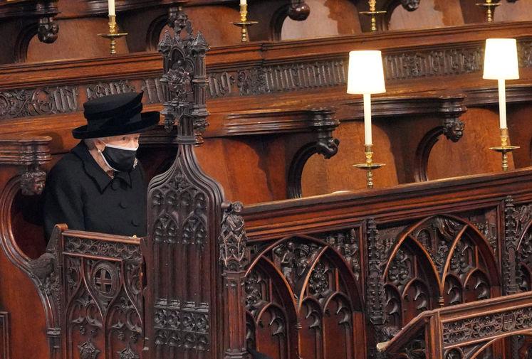 В субботу, 17 апреля, Елизавета II похоронила мужа, принца Филиппа. На фото она в часовне Святого Георгия в Виндзорском замке.