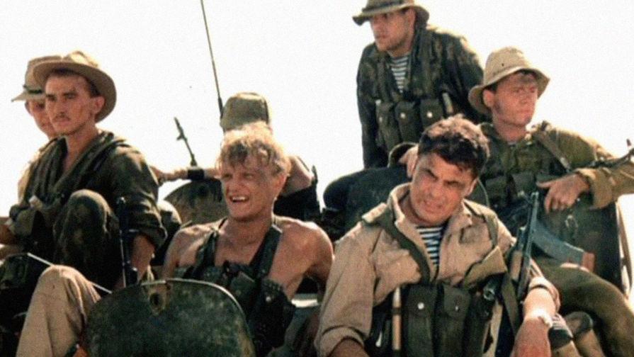 Через год после настоящего успеха «Собачьего сердца» Бортко выпустил свой новый фильм — «Афганский излом». Главную роль в нем сыграл всенародно любимый комиссар Катани — Микеле Плачидо. Действие картины происходит в период вывода советских войск из Афганистана. «Афганский излом» первым взялся за осмысление трагического военного конфликта и до сих пор считается многими критиками одним из лучших фильмов о войне в Афганистане. Кадр из фильма «Афганский излом» (1991)