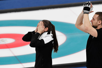Российские спортсмены Анастасия Брызгалова и Александр Крушельницкий во время матча за третье место турнира по керлингу Россия – Норвегия на соревнованиях в дисциплине дабл-микст на Олимпийских играх в Пхенчане, 13 февраля 2018 года
