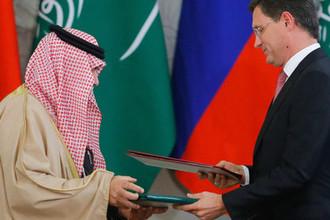 Министр энергетики РФ Александр Новак (справа) на церемонии подписания документов по итогам российско-саудовских переговоров в Кремле.