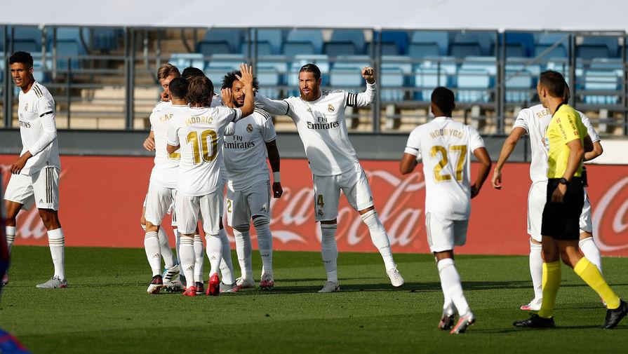 Футболисты «Реала» празднуют один из голов в ворота «Эйбара»