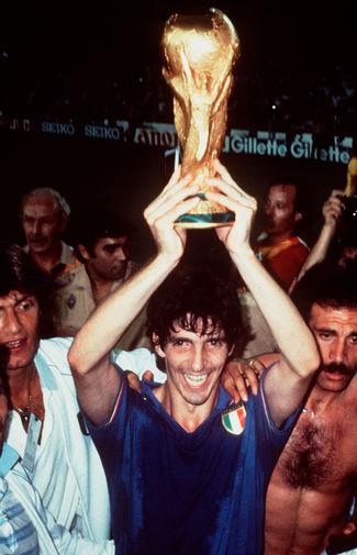 Паоло Росси с кубком после победы в финальном матче Чемпионата мира по футболу между сборными Италии и ФРГ, 1982 год