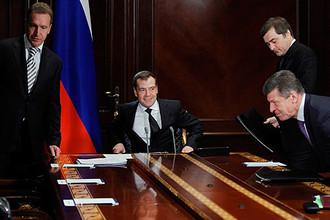 Медведев раскритиковал собственное правительство за невыполнение решений КС
