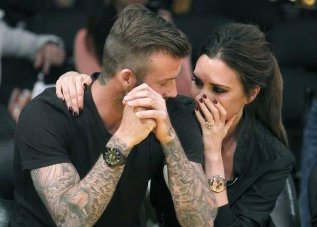Между завоеваниями футбольных трофеев Бекхэм успел жениться на участнице группы Spice Girls Виктории Адамс, составив с ней одну из самых звездных пар Англии.