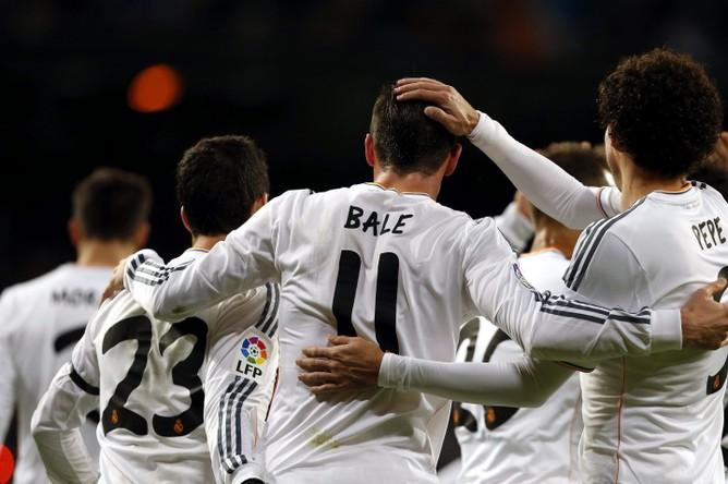 Хет-трик полузащитника Гарета Бэйла помог мадридскому «Реалу» обыграть «Вальядолид» (4:0) в рамках 15-го тура чемпионата Испании по футболу.