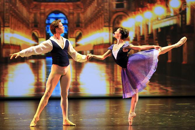 Анна Цыганкова и Мэтью Голдинг в сцене из балета «Delibes Suite»
