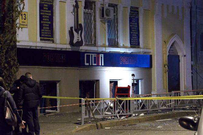 Сотрудники милиции у здания, в котором располагается ночной клуб, где ночью 10 ноября произошел взрыв