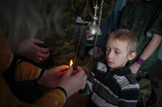 Сын полка Сергей Бурцев во время обряда крещения в госпитале Горловки Донецкой области