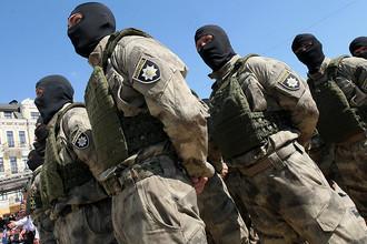 Украинские полицейские во время празднования Дня национальной полиции на Софийской площади