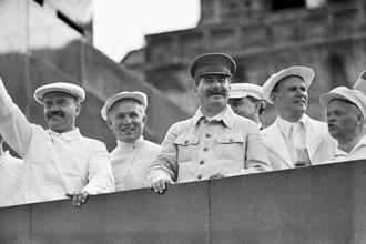 Иосиф Сталин и Никита Хрущев (второй слева) на трибуне во время парада физкультурников