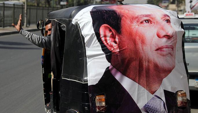Баннер с лицом выбранного президента Египта Ас-Сиси в Каире, 27 марта 2018 года